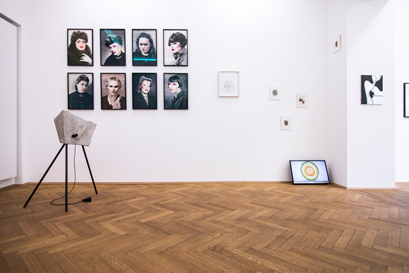"Schöne Frauen (left) next to works by Thomas Woll, Chloe Piene, Kathrin Graf, ""Quovadis"", Kunst & Denker"